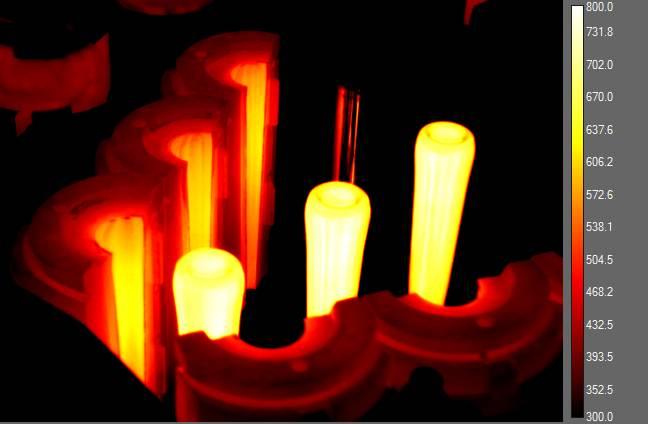 Figura 3 Industria del vetro – Sono visibili le sagome delle future bottiglie all'apertura degli stampi– Termocamera brandeggiabile con video radiometrico a bordo (30 Hz)